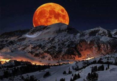 Lune rouge hiver montagne