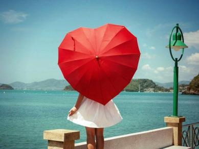 Fille parapluie rouge coeur