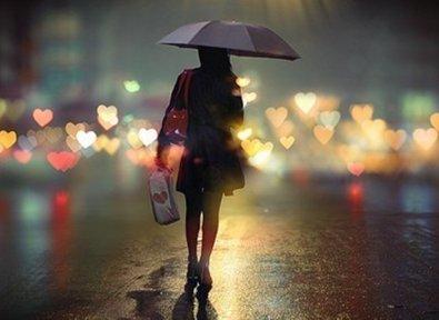 Femme rue coeurs parapluie