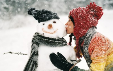 winter-snow-snowman-girl-kiss