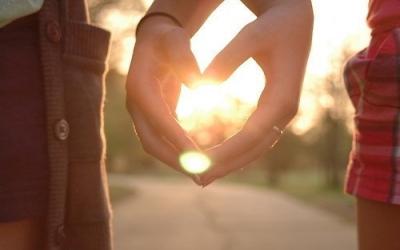 Couple mains coeur soleil