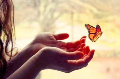 femme-mains-papillon