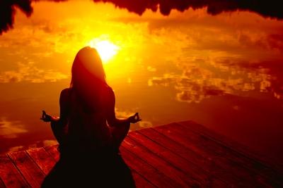 femme-meditation-lumiere