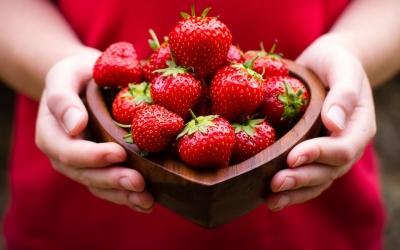 mains-coeur-fraises