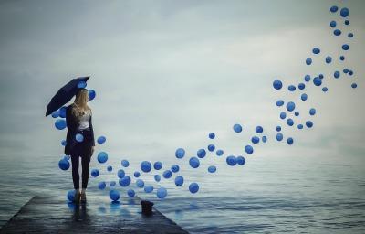 fille-quai-beaux-ballons-bleus